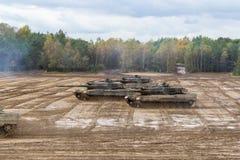 Movimentações alemãs dos tanques de guerra no campo de batalha Foto de Stock