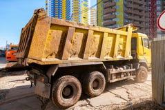 Movimentações do caminhão pesado ao canteiro de obras Foto de Stock Royalty Free