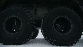 Movimentações do Outlander para a entrada da companhia do gás na neve video estoque