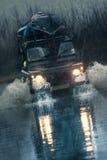 movimentações do veículo 4x4 através da água da inundação Foto de Stock Royalty Free