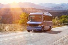 Movimentações públicas do minibus ao longo da estrada Foto de Stock Royalty Free