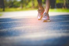Movimentar-se com as sapatas dos esportes no feriado para a saúde e a beleza E redução gorda fotografia de stock