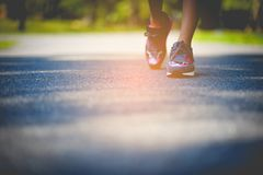 Movimentar-se com as sapatas dos esportes no feriado para a saúde e a beleza E redução gorda fotos de stock royalty free