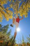Movimentar-se da mulher nova/salto ao ar livre imagem de stock royalty free
