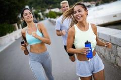 Movimentar-se feliz dos povos exterior Consecutivamente, esporte, exerc?cio e conceito saud?vel do estilo de vida fotos de stock