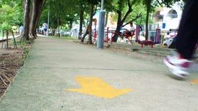 Movimentar-se no parque em um bom dia O parque tem o equipamento da aptidão Dê-o a todos sem pagar filme