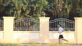 Movimentar-se tailandês e exercício asiáticos dos povos no tempo do crepúsculo no parque do jardim público filme