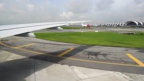 Movimenti dell'aereo passeggeri attraverso l'aeroporto Sotto la protezione delle marcature visibili degli aerei sulla pista archivi video