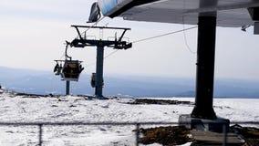 Movimenti dell'ascensore di sci sui precedenti della montagna e del cielo blu della molla archivi video