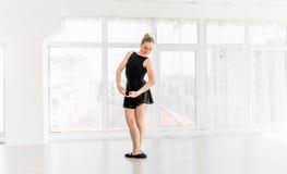 Movimenti di pratica di balletto della giovane ballerina Fotografia Stock