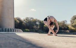 Movimenti di pratica femminili di ballo del ballerino di balletto Fotografie Stock