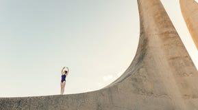 Movimenti di pratica femminili di ballo del ballerino di balletto Fotografia Stock
