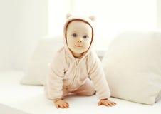 Movimenti striscianti svegli del bambino nella casa della stanza bianca Fotografia Stock