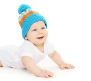 Movimenti striscianti svegli sorridenti del bambino in cappello tricottato Immagini Stock