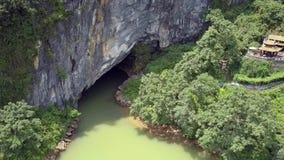 Movimento aéreo à caverna antiga com o rio no parque nacional filme