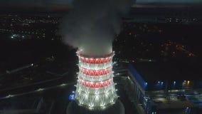 Movimento aéreo à torre refrigerando com vapor na estação no crepúsculo filme