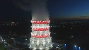 Movimento aéreo acima da estação de aquecimento à torre refrigerando enorme video estoque