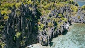 Movimento aéreo do zangão ao longo dos penhascos afiados do EL original Nido da ilha, Palawan, Filipinas Rochas estranhas da pedr video estoque
