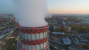 Movimento aéreo em torno da coluna branca do vapor acima da torre refrigerando video estoque