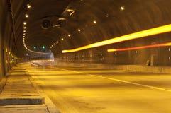 Movimento abstrato da velocidade no túnel urbano da estrada da estrada imagem de stock
