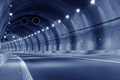 Movimento abstrato da velocidade no túnel urbano da estrada da estrada foto de stock