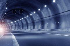 Movimento abstrato da velocidade no túnel urbano da estrada da estrada fotos de stock royalty free