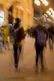 Movimento abstrato do tom do vintage A imagem de borrão da rua, da menina e do indivíduo com trouxas, cidade brilhante ilumina-se Imagem de Stock