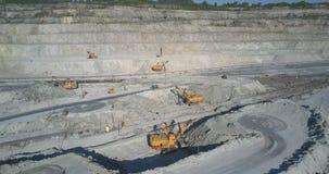 Movimento acima das máquinas de mineração na placa na pedreira do asbesto video estoque