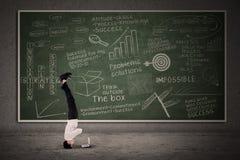 Movimento acrobático do homem de negócios na sala de aula Foto de Stock