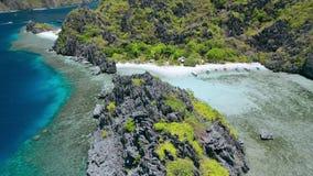 Movimento aereo del cerchio del fuco sopra la laguna nascosta della spiaggia della stella sull'isola di Tapiutan vicino al santua video d archivio