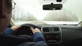 Movimento ao longo da estrada pelo carro um olhar de dentro na ação retardada, shiversee da câmera video estoque