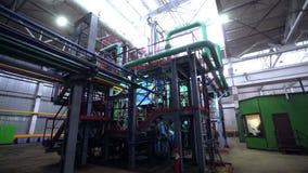 Movimento ao sistema de encanamentos perto da sala de comando verde na planta filme