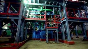 Movimento aos encanamentos para a refinaria dos produtos na oficina filme