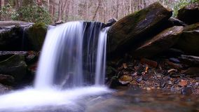 Movimento borrado e fotografia lenta da queda da água da velocidade do obturador na floresta imagem de stock