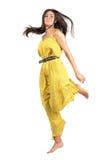Movimento congelado da mulher bonita nova no salto amarelo do fato-macaco foto de stock