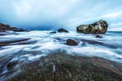 Movimento da água nas costas do mar norueguês frio no tempo da noite Paisagem de Norwgian Paisagem bonita de Noruega Imagem de Stock