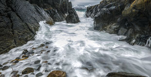 Movimento da água nas costas do mar norueguês frio no tempo da noite Paisagem de Norwgian Paisagem bonita de Noruega Imagens de Stock Royalty Free