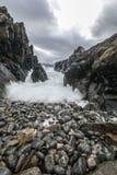 Movimento da água nas costas do mar norueguês frio no tempo da noite Paisagem de Norwgian Paisagem bonita de Noruega Imagem de Stock Royalty Free