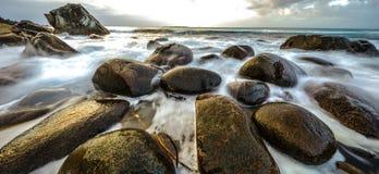 Movimento da água nas costas do mar norueguês frio no tempo da noite Paisagem de Norwgian Paisagem bonita de Noruega Phot panorâm Fotos de Stock Royalty Free