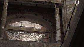 Movimento da câmera em uma construção abandonada filme