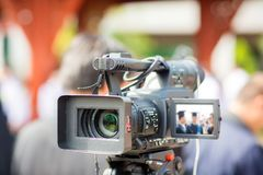 Movimento da captura da imagem do visor da mostra da câmera na cerimônia de casamento da entrevista ou da transmissão Imagens de Stock Royalty Free
