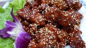 Movimento da carne de porco fritada na tabela dentro do restaurante chinês video estoque
