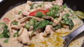 Movimento da galinha verde do caril com vapor na tabela video estoque