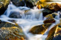 Movimento da água nas rochas Fotos de Stock Royalty Free