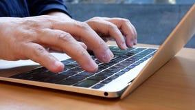 Movimento da mensagem de datilografia da mulher em Macbook e em Web site da consultação video estoque