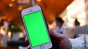 Movimento da mulher que guarda o telefone de tela verde video estoque