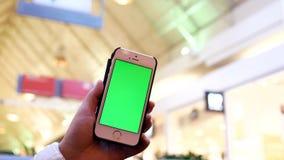 Movimento da mulher que guarda o telefone de tela verde filme