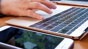Movimento da mulher que joga Macbook e que carrega a bateria do telefone filme