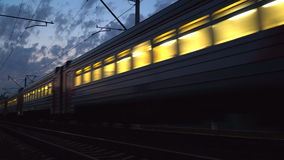 movimento da noite dos trens em uma junção railway filme