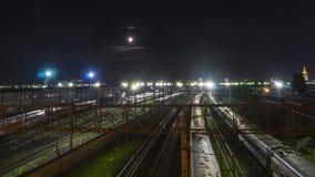 Movimento da noite dos trens em uma junção railway na luz de lua Foto de Stock Royalty Free